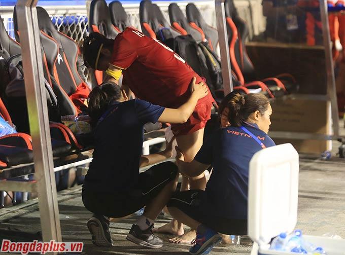 Các trợ lý y tế nỗ lực mát xa, xoa bóp để Huỳnh Như có thể đi được. Cô cúi gằm xuống đầy đau đớn sau khi chơi hơn 100 phút cùng các đồng đội trên sân.