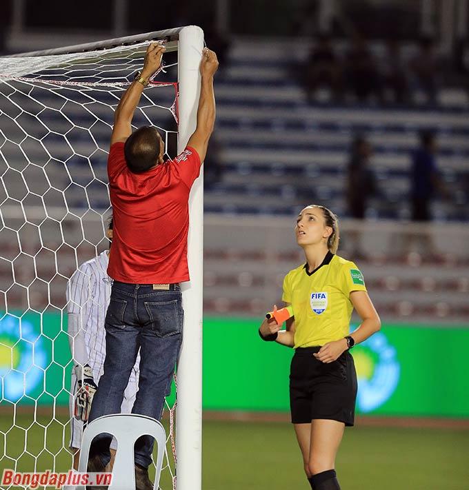 Lưới của đội tuyển nữ Thái Lan bị toang ở góc cao khung thành - Ảnh: Đức Cường
