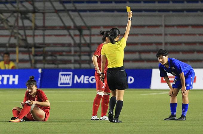 """Trước lối chơi khó chịu của Việt Nam, tuyển nữ Thái Lan liên tục có những pha phạm lỗi để giảm sự hưng phấn của đối phương. Trung vệ Chương Thị Kiều là một trong những """"nạn nhân"""" khi bị cầu thủ đối phương chơi xấu, dẫn đến chấn thương cho các tuyển thủ nữ Việt Nam ngay hiệp 1"""