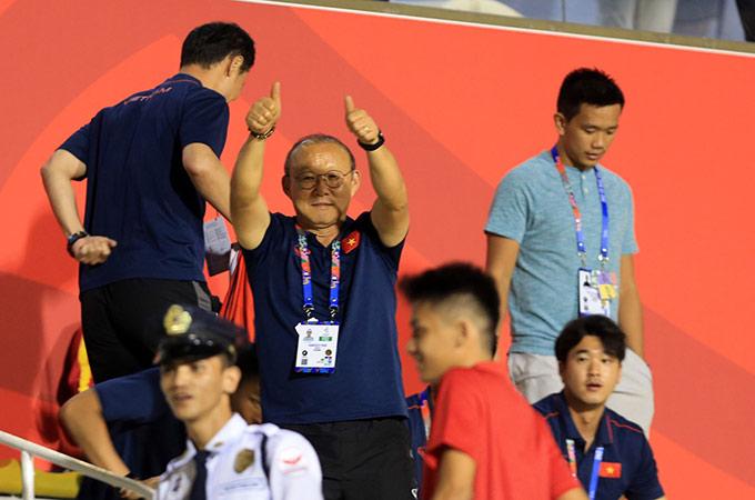 Tối ngày 8/12, HLV Park Hang Seo cùng các cộng sự của mình đã đến sân Rizal Memorial để cổ vũ tinh thần ĐT nữ Việt Nam thi đấu trận chung kết SEA Games 30 với nữ Thái Lan. Trước khi trận đấu diễn ra, ông hướng về phía khu vực BHL đội nữ Việt Nam giơ 2 ngon tay với thông điệp gửi lời chúc may mắn đến thầy trò Mai Đức Chung