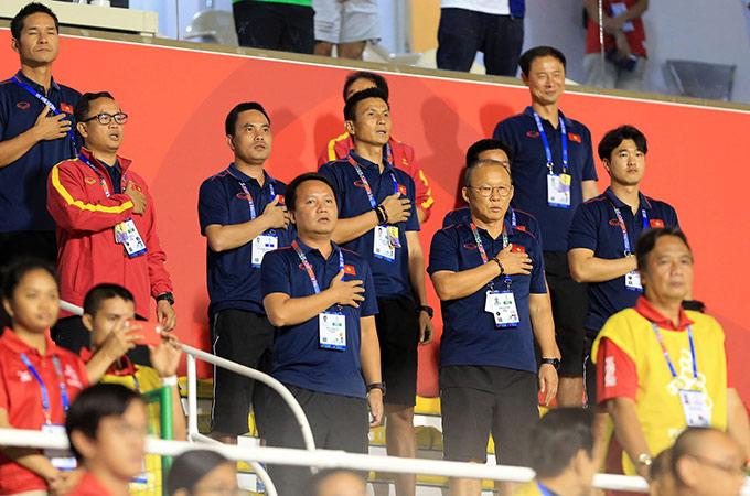 Nhà cầm quân người Hàn Quốc và dàn trợ lý hùng hậu đứng dạy đặt tay lên ngực trái khi quốc ca Việt Nam được cử lên ở trận chung kết. 2 ngày sau đây, U22 Việt Nam cũng sẽ đá trận chung kết môn bóng đá nam SEA Games với U22 Indonesia cũng tại sân Rizal
