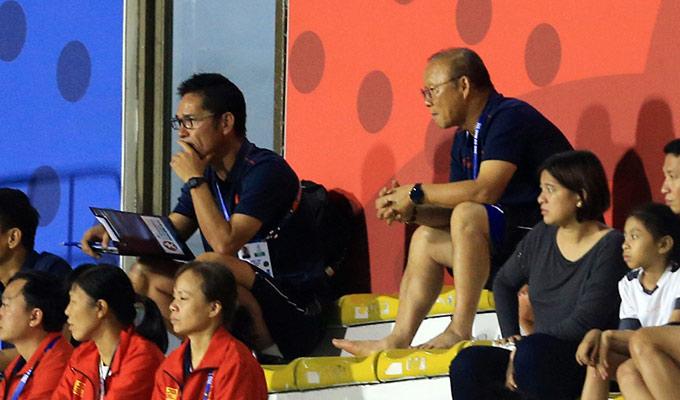 Thầy Park tỏ ra chăm chú theo dõi từng diễn biến của trận đấu...