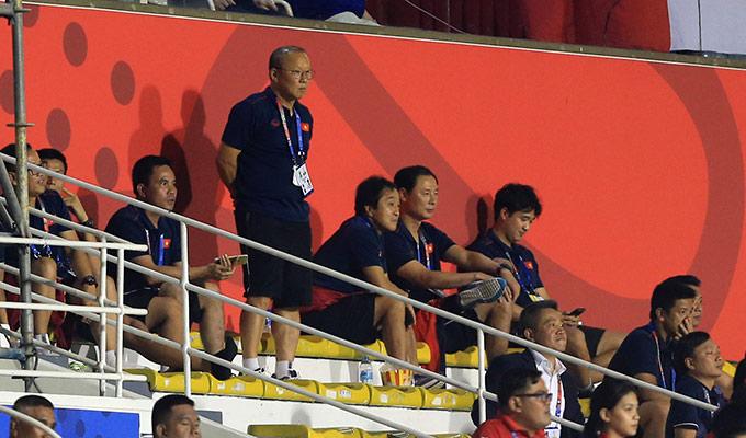 Ông bắt đầu cảm thấy lo lắng khi trận đấu bước vào 2 hiệp phụ. Kể từ lúc này, thầy Park chỉ đứng xem các học trò HLV Mai Đức Chung thi đấu