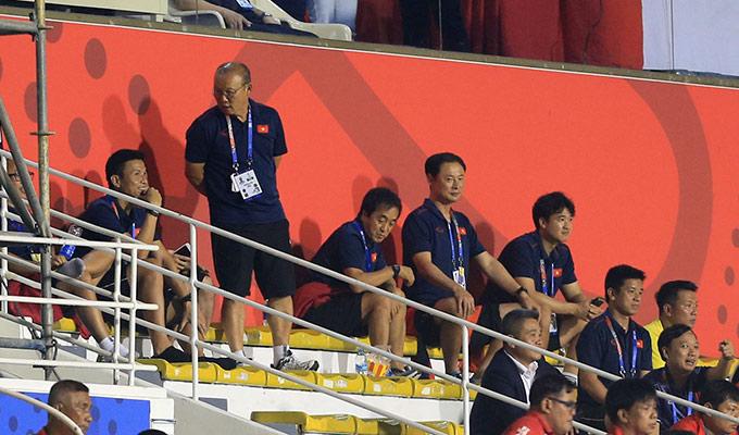 ... rồi lại quay sang bên phía các trợ lý để trò chuyện cho bớt áp lực. Ông liên tục cầu nguyện để nữ Việt Nam vượt qua thời khắc khó khăn nhất trong trận đấu