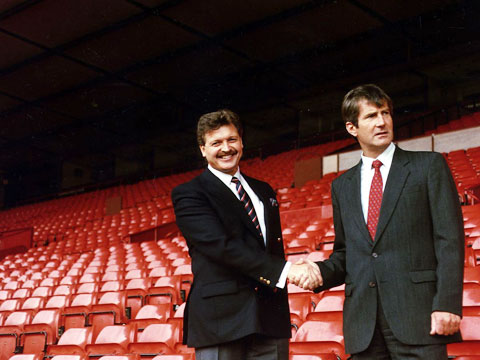 Chủ tịch Martin Edwards từng muốn bán M.U cho Michael Knighton (trái)