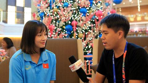 Phóng viên báo Bóng đá phỏng vấn hậu vệ trái Hoàng Thị Loan Ảnh: ĐỨC CƯỜNG