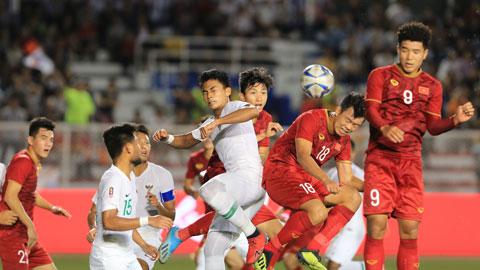 Các tuyển thủ Việt Nam (áo đỏ) đã sẵn sàng xung trận và giành lấy vinh quangẢnh: Đức Cường