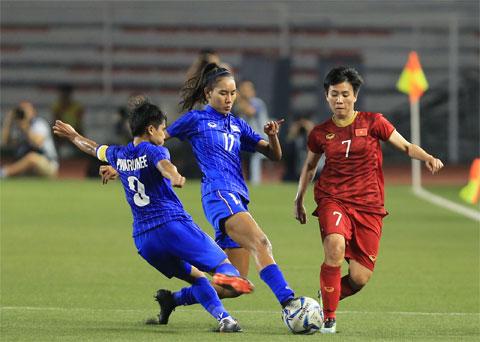 Tuyết Dung (phải) rất nỗ lực trước pha truy cản của các cầu thủ Thái Lan          Ảnh: ĐỨC CƯỜNG