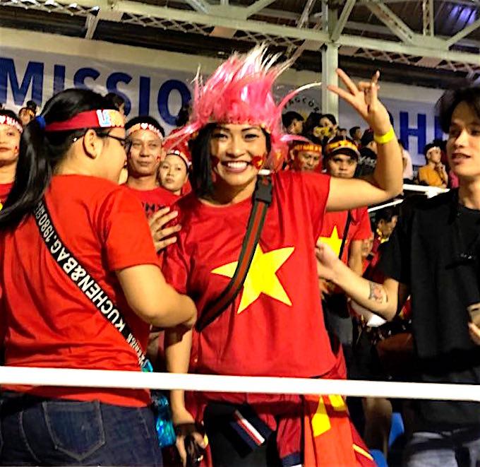Ca sĩ Phương Thanh đi cổ vũ cho U22 Việt Nam sau nhiều lần lỡ hẹn với giấc mơ HCV SEA Games ở môn bóng đá - Ảnh: Tuấn Thành