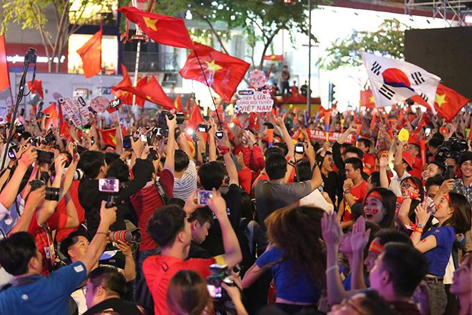 Rất đông NHM đổ xuống đường ăn mừng chiến thắng của U22 Việt Nam