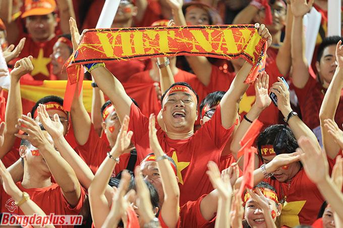 Người hâm mộ Việt Nam vỡ òa sau bàn thắng của Văn Hậu.