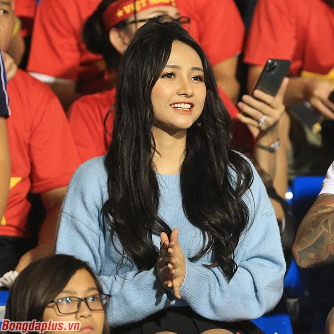 Hàng loạt ống kính phóng viên đã hướng về một fan nữ trên khán đài trong trận chung kết SEA Games 2019 giữa U22 Việt Nam và U22 Indonesia.