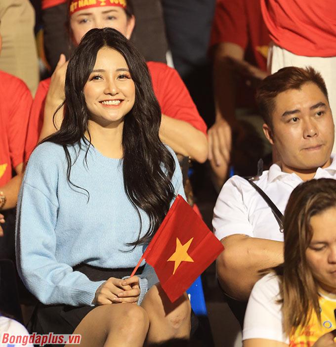 Các phóng viên đã... quên mất nữ diễn viên Maria Ozawa, người cũng có mặt trên khán đài trận đấu. Chỉ có điều, anh chàng được cho là người yêu của cô gái có vẻ không vui.