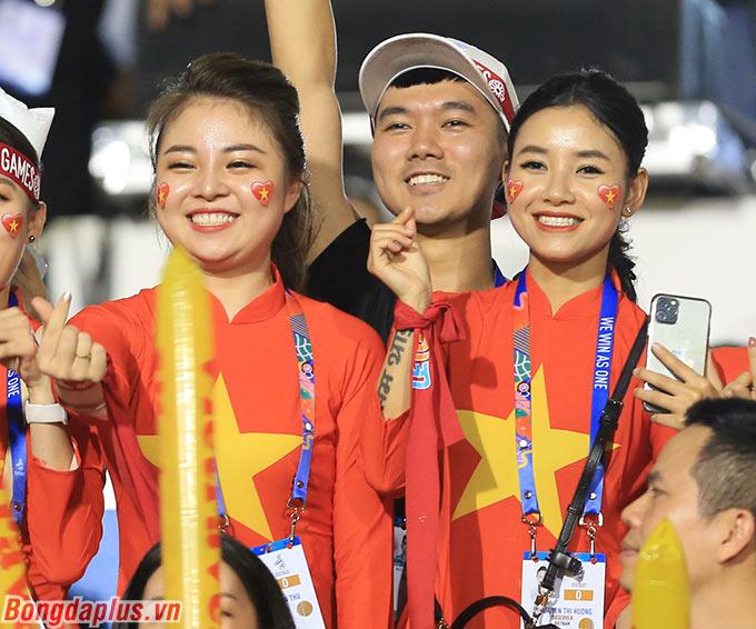 Gần 2.000 CĐV Việt Nam phủ đỏ 3 góc sân của sân Rizal Memorial.