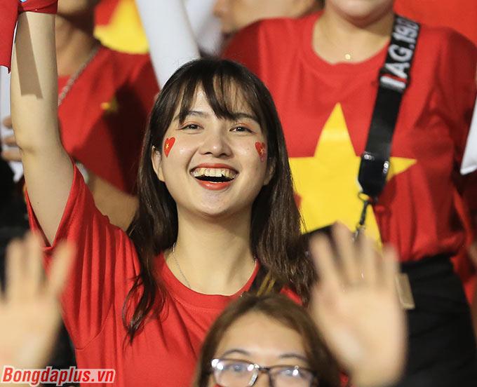 Các CĐV ăn mừng bàn thắng của Văn Hậu, giúp U22 Việt Nam mở tỷ số.
