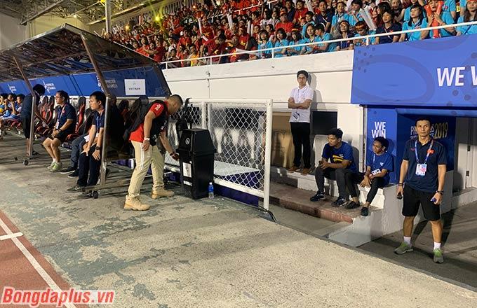 Trước khi trận đấu diễn ra, HLV thủ môn Nguyễn Thế Anh vẫn không đứng vào trong cabin huấn luyện.