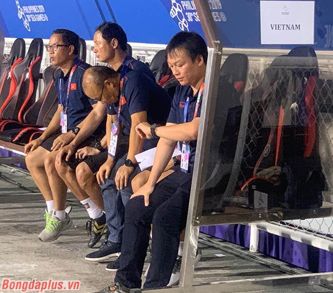 Theo tìm hiểu thì HLV Park Hang Seo đã nhắn trợ lý Thế Anh không ngồi trong cabin. Ông hy vọng sự đổi thay này sẽ giúp thủ môn Văn Toản giữ sạch lưới.