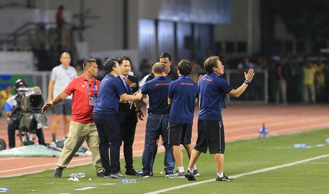 Sau khi chứng kiến Trọng Hoàng bị cầu thủ U22 Indonesia phạm lỗi thô bạo ở gần cuối hiệp 2, HLV Park Hang Seo đã không giữ được bình tĩnh