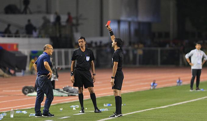 Tuy nhiên, không có thẻ vàng nào được rút ra với cầu thủ Indonesia. Trong khi đó, với lỗi phản ứng của mình, ông Park đã phải nhận thẻ đỏ của trọng tài Mohamed