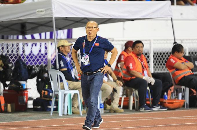 HLV Park Hang Seo bị mời lên khán đài và không được chỉ đạo những phút cuối trận. Ông đã đến ngồi cùng các nữ cầu thủ Việt Nam để tiếp tục theo dõi trận chung kết.
