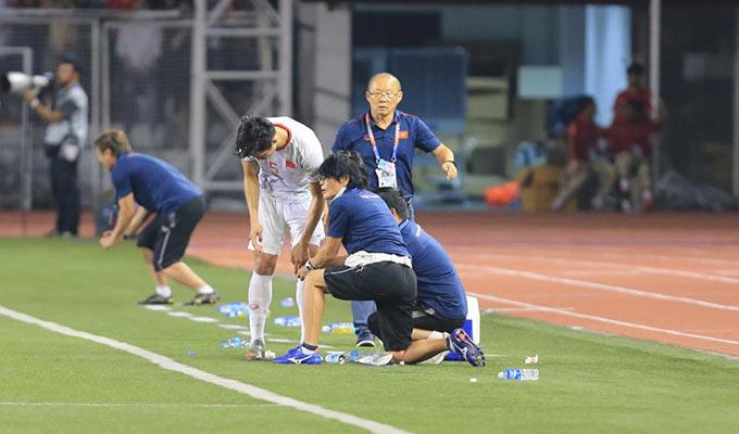 Như thế cũng đồng nghĩa là U22 Việt Nam chỉ có 9 cầu thủ trên sân khi Đức Chinh cũng vẫn đang ở ngoài đợi trọng tài cho vào