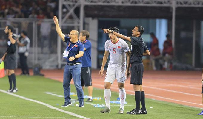 Với 9 người trên sân, U22 Việt Nam có thể sẽ phải trả giá nếu không chơi tập trung. HLV Park Hang Seo liên tục ra ký hiệu yêu cầu trọng tài cho các học trò của mình vào đá tiếp