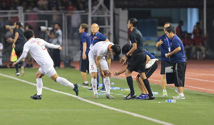 Sau gần 1 phút thi đấu trong cảnh 9 người, Đức Chinh mới được trọng tài đồng ý cho vào sân trước. Trong khi Văn Hậu tiếp tục đứng ở ngoài để làm sạch vết thương ở ống đồng