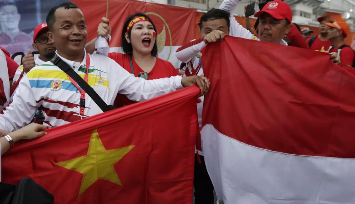 Các CĐV cầm quốc kỳ của 2 đội Việt Nam và Indonesia