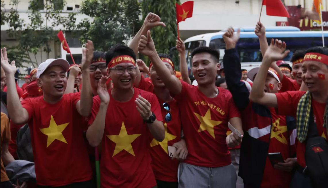 Khắp nơi tràn ngập sắc đỏ cùng sao vàng của các CĐV Việt Nam