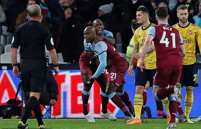 Ogbonna (số 21) mở tỷ số cho West Ham ở phút 38
