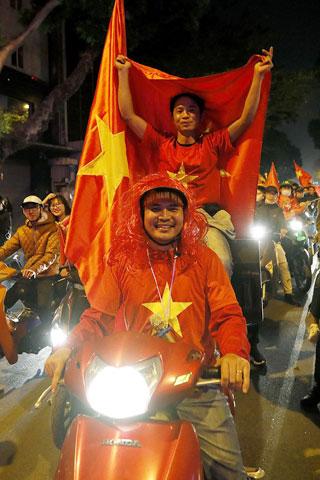 NHM đổ ra đường ăn mừng chiến tích của U22 Việt Nam