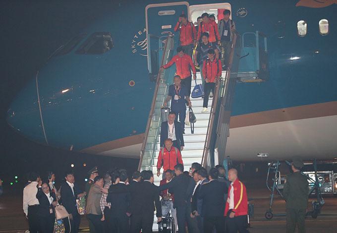 Với thành tích vô cùng ấn tượng tại SEA Games 30, U22 Việt Nam và ĐT nữ Việt Nam nhận được rất nhiều sự quan tâm từ NHM. Khi bước xuống cửa máy bay, các thành viên đội tuyển nhanh chóng lên xe bus di chuyển về trung tâm Hà Nội