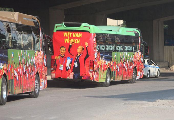 VFF và Tổng cục TDTT đã có sự chuẩn bị khá kỹ càng trong việc đón 2 đội tuyển. Từ đầu giờ chiều 11/12, 2 chiếc xe bus cỡ lớn được đưa đến sân bay Nội Bài để chở các thành viên trong đội