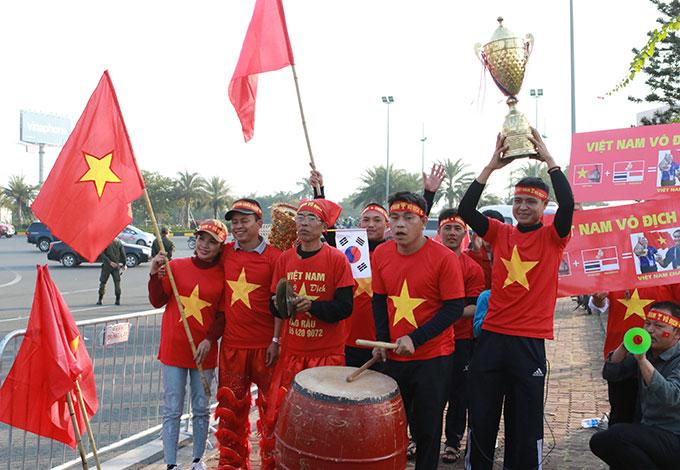 Các CĐV rất hào hứng với cú đúp vàng mà bóng đá Việt Nam giành được tại SEA Games 30 nên họ đã chuẩn bị đầy đủ dụng cụ cỗ vũ, thậm chí cả chiếc cúp đến đón 2 đội tuyển