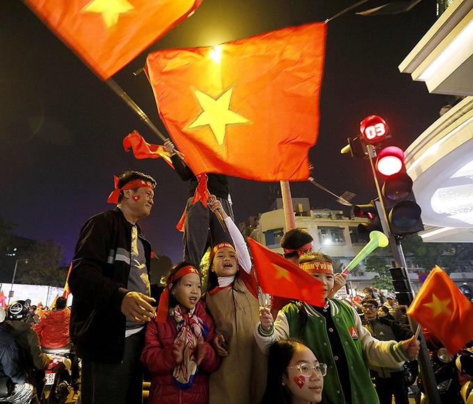 Dù thời tiết ở Hà Nội đang khá lạnh nhưng nhiều người bất chấp tất cả để hoà vào dòng người tận hưởng niềm vui chiến thắng