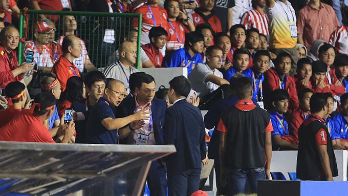 HLV Park Hang Seo chỉ đạo U22 Việt Nam từ khán đài trong 15 phút cuối. Ảnh: Đức Cường