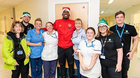 Pogba và các đồng đội hóa thân thành ông già Noel tới bệnh viện tặng quà