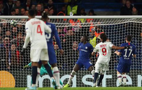 Người cũ Loic Remy chọc thủng lưới Chelsea