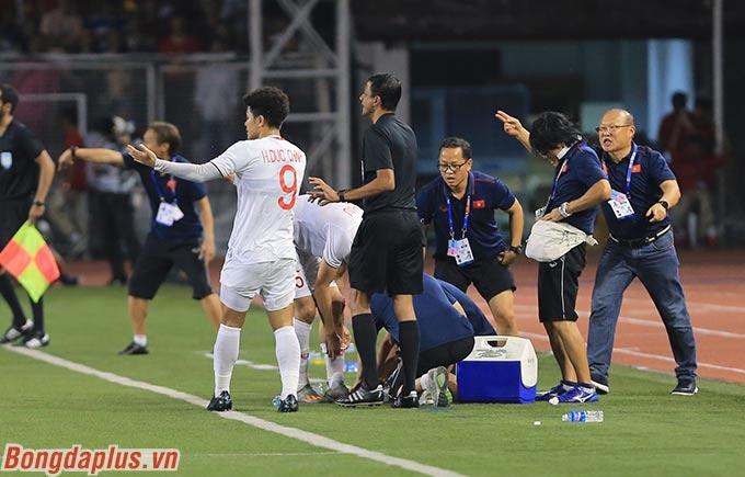 Có thời điểm, U22 Việt Nam chỉ có 9 người thi đấu trên sân do Văn Hậu và Đức Chinh bị chấn thương.