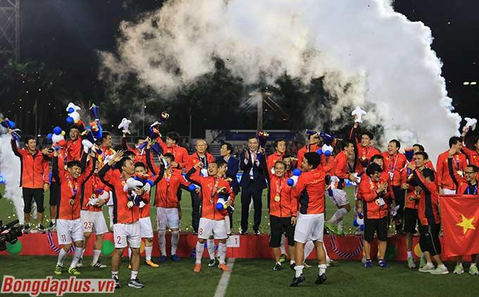 Niềm vui của các cầu thủ U22 Việt Nam với tấm huy chương vàng lịch sử sau 60 năm chờ đợi.