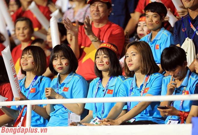 Các cầu thủ U22 Việt Nam được tiếp lửa từ các tuyển thủ nữ Việt Nam.