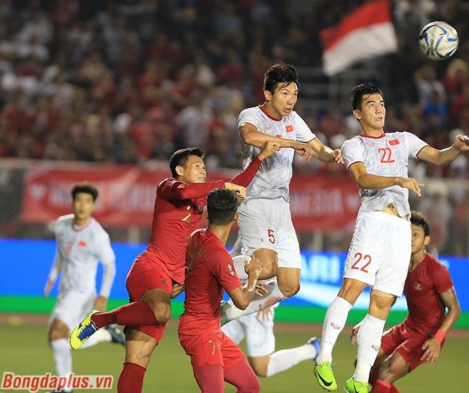 Cuối hiệp 1, pha bật cao đánh đầu của Văn Hậu đã giúp U22 Việt Nam mở tỷ số.