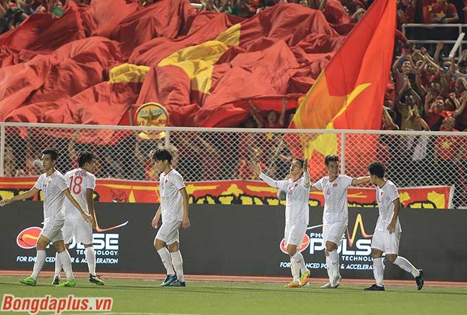 U22 Việt Nam ăn mừng với người hâm mộ nước nhà sau khi giành huy chương vàng SEA Games lần đầu tiên trong lịch sử tối qua.