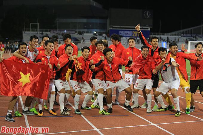 Các cầu thủ U22 Việt Nam ăn mừng chiến tích lịch sử. Hà Đức Chinh lại gây sự chú ý với tính cách lầy lội của mình.