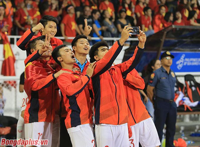 Các cầu thủ từng trưởng thành ở lò đào tạo PVF chụp ảnh kỷ niệm cùng nhau.