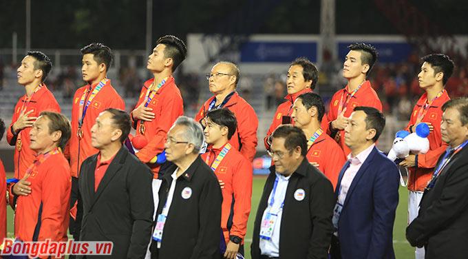 Tất cả đặt tay lên ngực và tự hào cất tiếng hát quốc ca Việt Nam sau khi được trao huy chương vàng.
