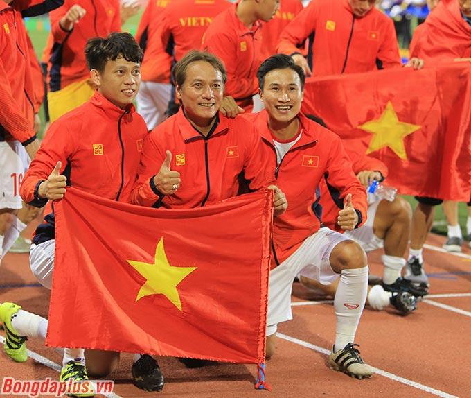 Trợ lý Nguyễn Văn Đàn chụp ảnh cùng 2 học trò thuộc biên chế HAGL là Thanh Sơn và Việt Hưng.
