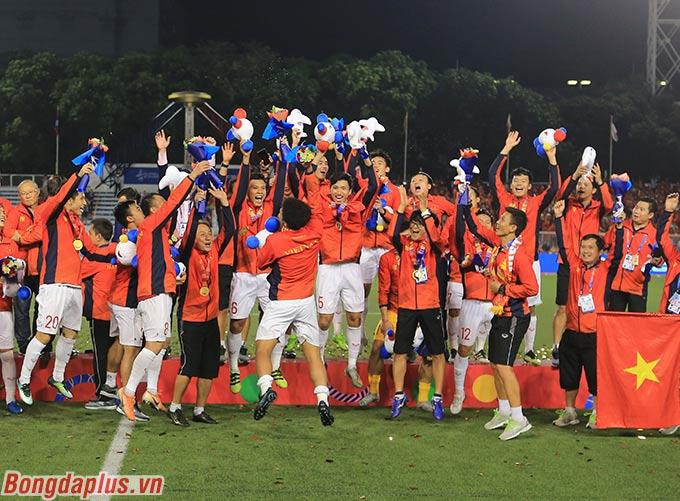 Các cầu thủ U22 Việt Nam hò reo sau khi nhận tấm huy chương vàng.