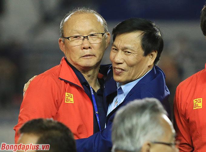 Bộ trưởng Bộ Văn hóa, Thể thao và Du lịch - Nguyễn Ngọc Thiện chúc mừng HLV Park Hang Seo.