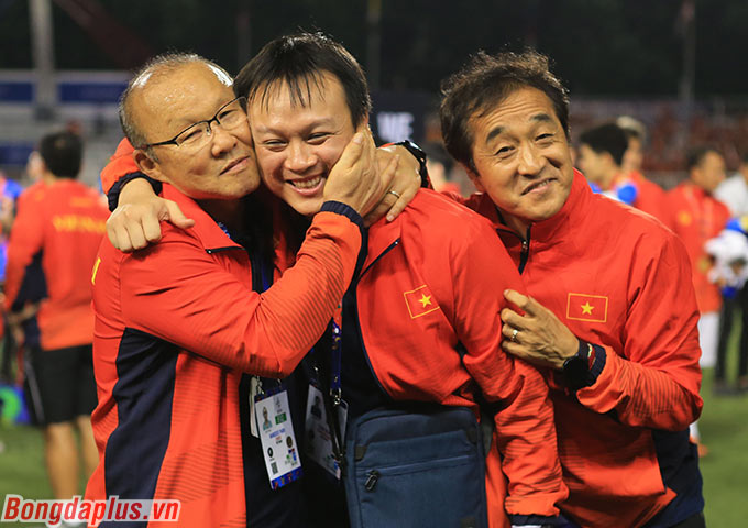 Khoảnh khắc đáng yêu của ông Park khi ăn mừng với các cộng sự.